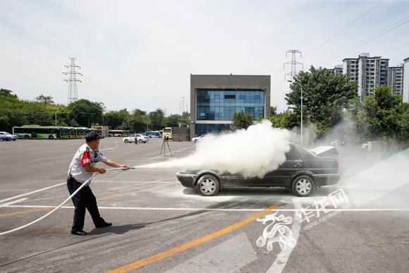 视频|车辆充电时突然起火咋办?这场演练告诉你