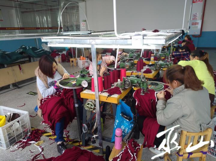 工人正在忙着加工服装。.jpg