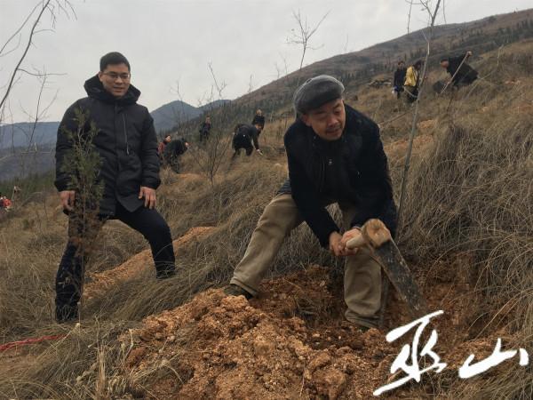 村民冯家国正在植树。.JPG
