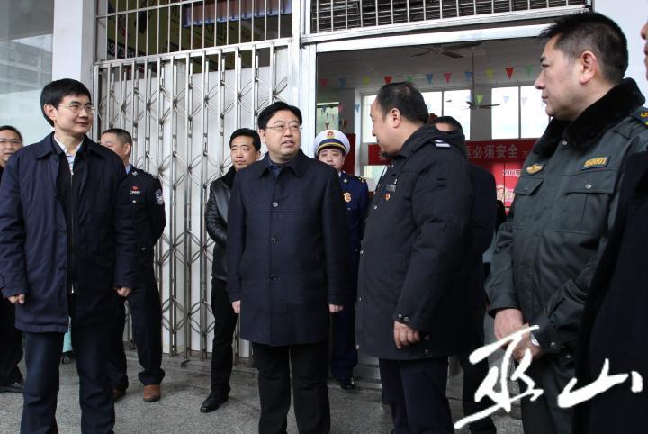 县委书记李春奎在翠屏车站检查春运安全。卢先庆摄.JPG