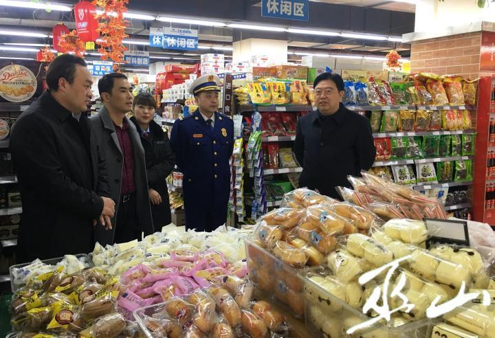 县委书记李春奎、县长曹邦兴在名特超市检查食品、消防等安全。卢先庆摄.JPG