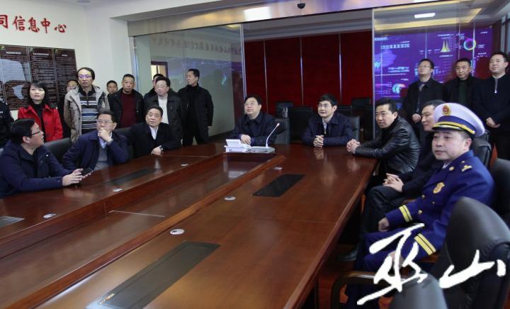 县委书记李春奎安排部署春运期间安全工作。卢先庆摄.JPG