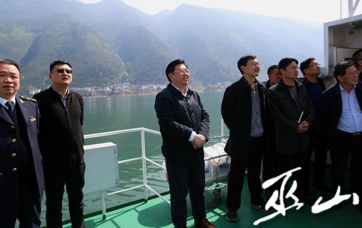 縣委書記李春奎在長江巡河。盧先慶攝.JPG