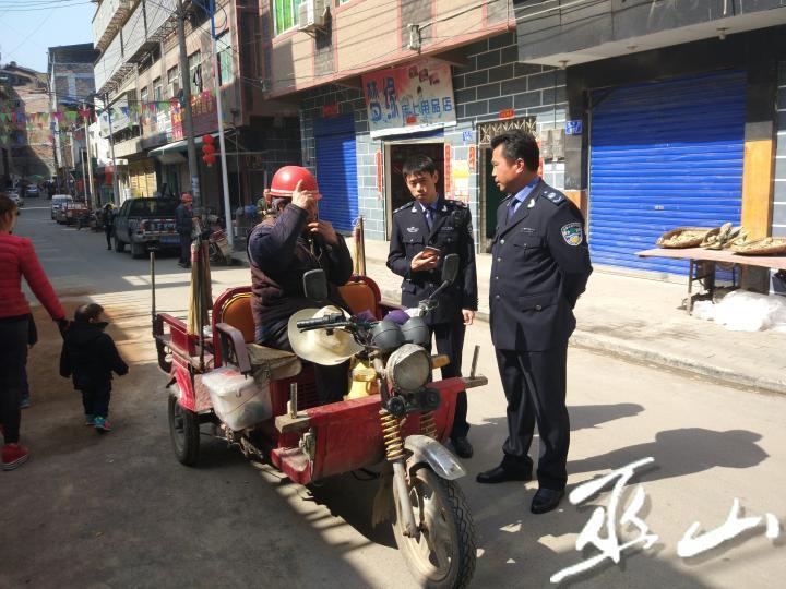 执法人员检查三轮车。通讯员  宁中尧    摄.jpg