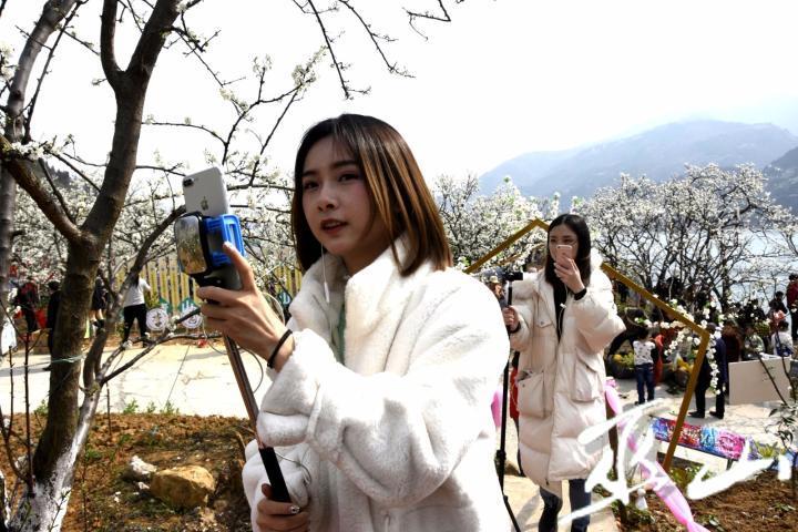 拍抖音的美女们。记者 王忠虎摄.JPG