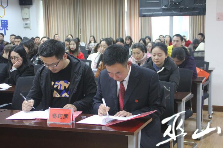 醫院與科室簽訂黨風廉政建設責任書。.JPG