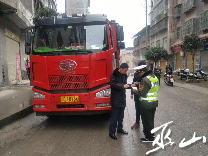 执法人员检查货车。通讯员 宁中尧  摄.jpg