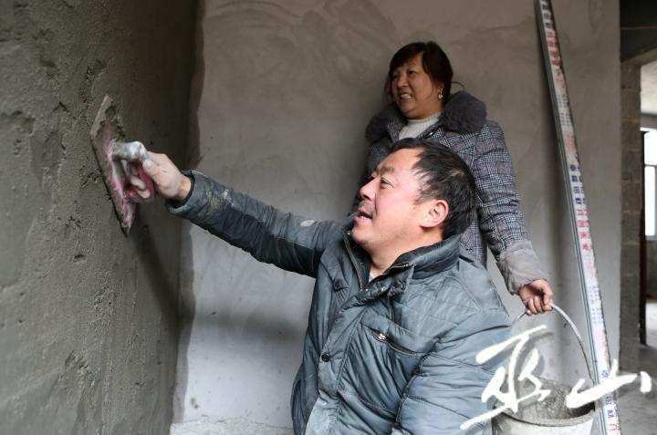 高大友正在裝修農家樂。盧先慶攝.JPG