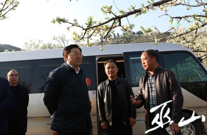 縣委書記李春奎在曲尺鄉指導生態產業發展。盧先慶攝.JPG