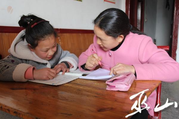 輔導女兒寫作業。.JPG
