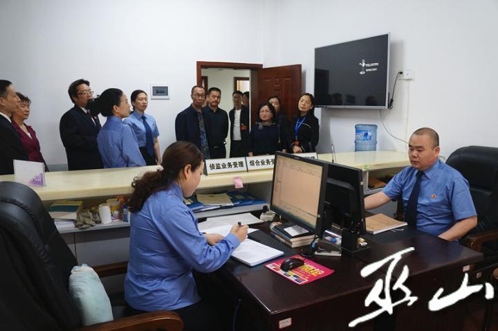参观案件管理中心.JPG