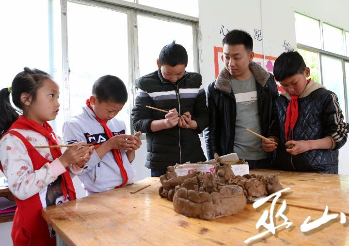 5月8日,巫山县两坪乡金线村教学点的孩子们在老师指导下玩泥塑。.JPG