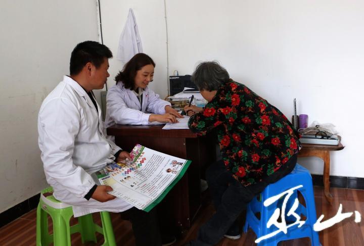图为村民牛贤梅与医生签订家庭医生服务内容。卢先庆摄.JPG