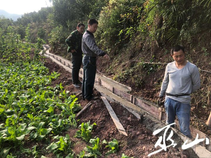 实地查看灌溉渠建设情况.png