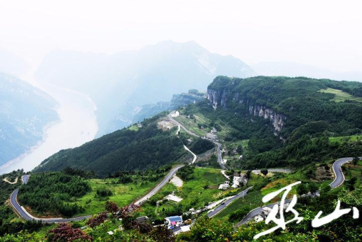 盘旋而上的两坪同心村至望霞村公路。.JPG