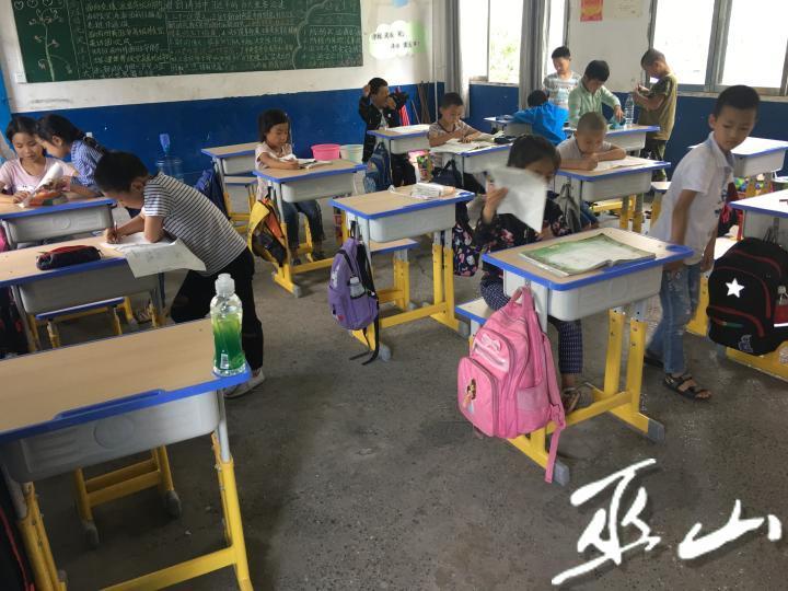 孩子們在嶄新的課桌上學習.JPG