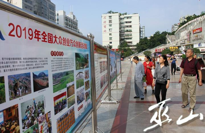 市民參觀我縣大眾創業萬眾創新成果展。盧先慶攝.JPG