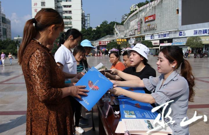 工作人員向市民發放宣傳資料。盧先慶攝.JPG