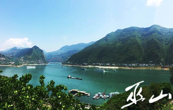大型游船停靠或驶离巫山港。.JPG