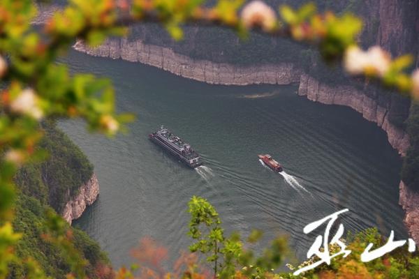 游客乘坐游船畅游在小三峡景区。.jpg