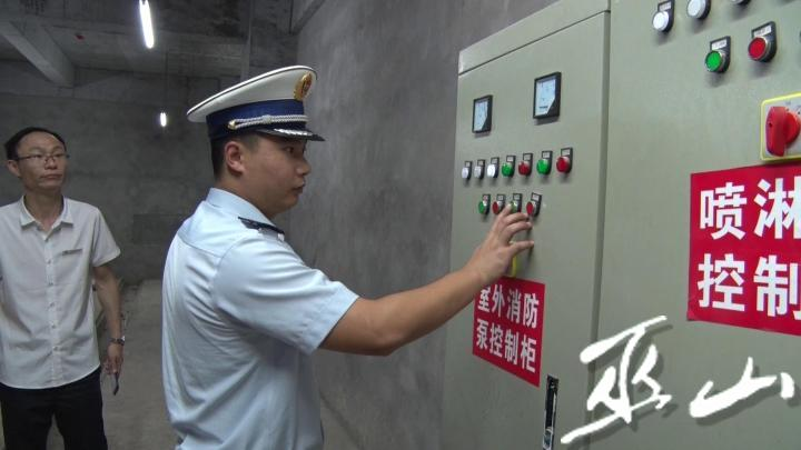 大隊監督檢查人員檢查消防泵控制柜運行情況。通.jpg