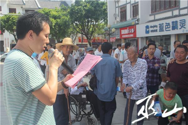 工作人员宣读拒绝无事酒倡议书。.JPG