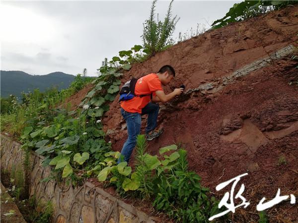 地质队员调查李磨屋脊滑坡.jpg