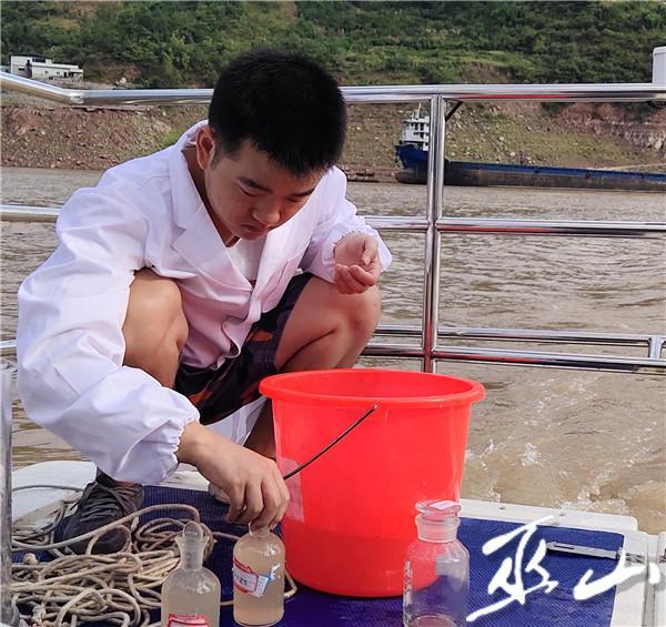 工作人员正在进行水质检测 (1).JPG