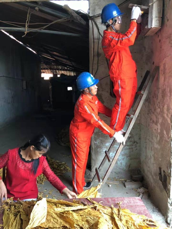 工作人员在烟农家检查电力设施。.JPG