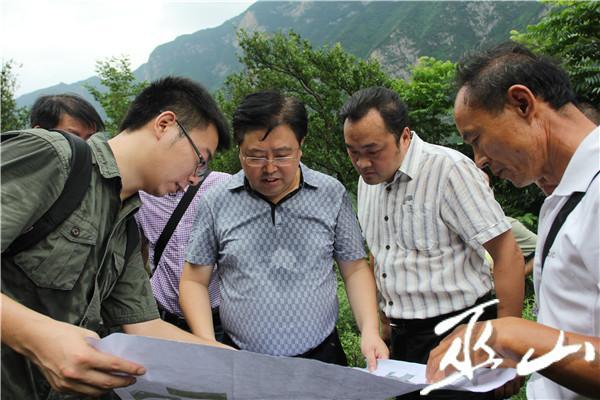 县委书记李春奎、县长曹邦兴在干井子滑坡查看地灾。卢先庆摄.JPG