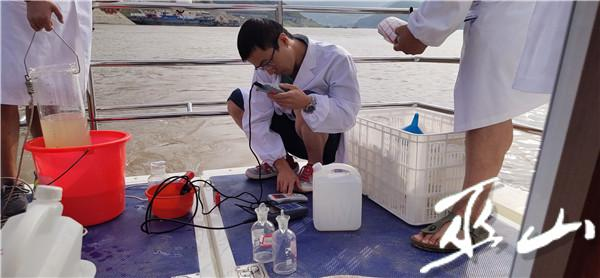 工作人员正在进行水质检测 (3).jpg