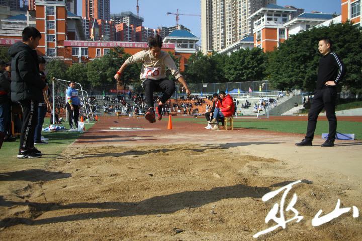 学生参加跳远比赛。.jpg