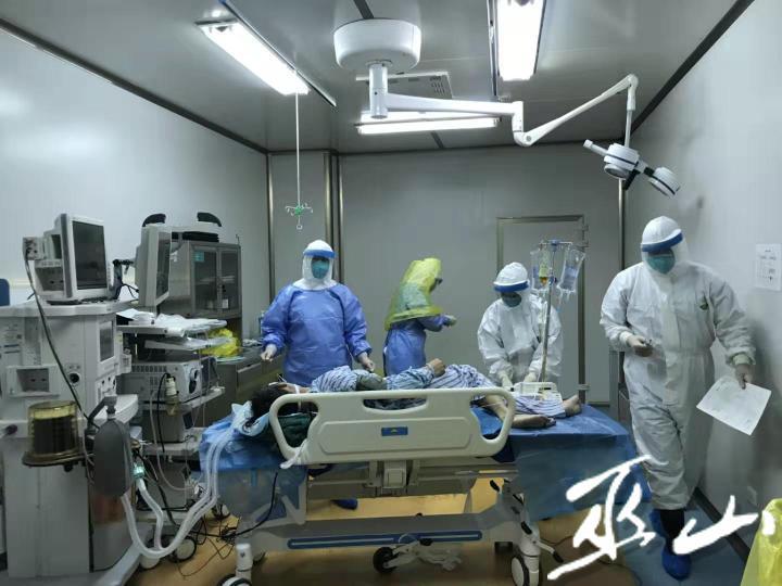 大年30晚上医务人员为密切接触者做手术.jpg