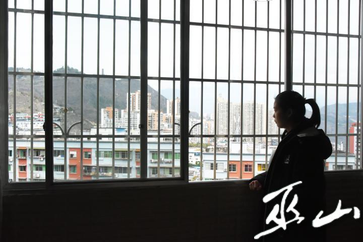 2月7日,楊夢涵在窗戶眺望媽媽回家的路.JPG