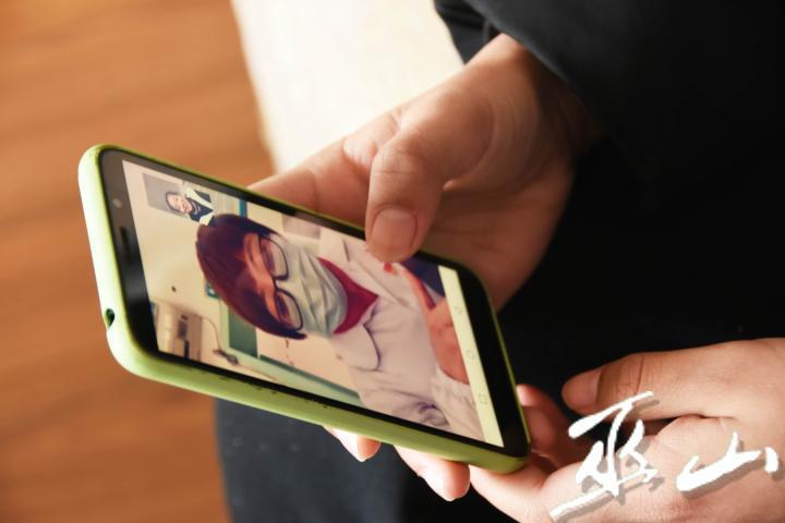 小夢涵與媽媽視頻通話。.JPG