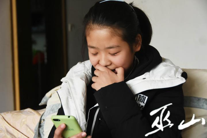 """視頻通話中,小夢涵哽咽地說:""""媽媽,我想您。"""".JPG"""