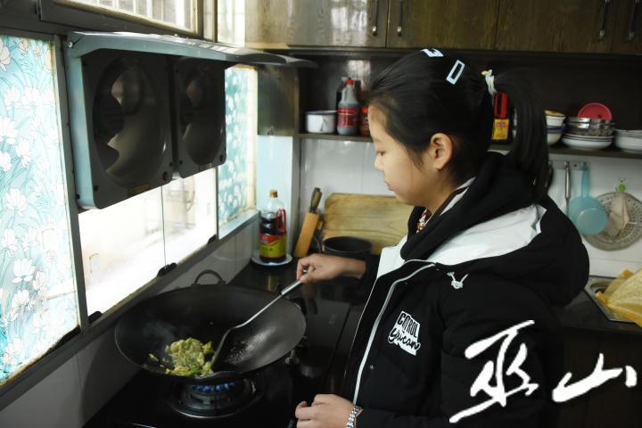 小夢涵在炒菜。.JPG