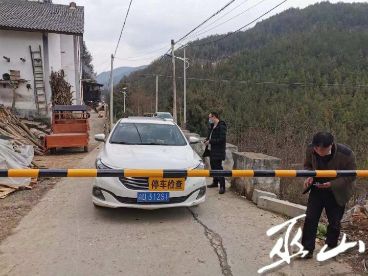 瓜瓢村劝导站,工作人员劝导车辆。.jpeg