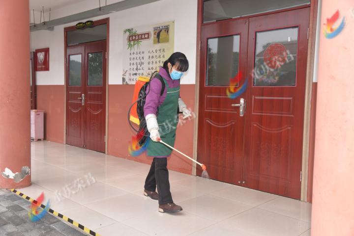 工作人员对敬老院公共区域消毒。.JPG