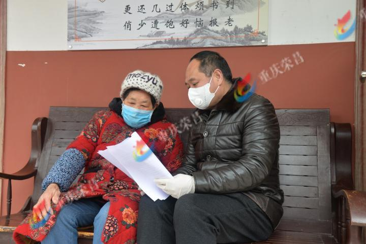 为老年人宣传疫情防控知识。.JPG