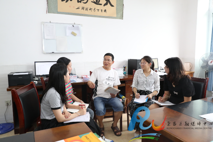 海界与青年教师沟通交流。 (1).JPG